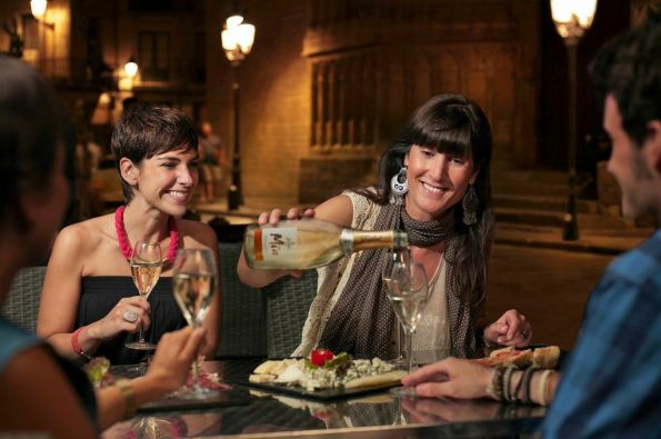 Spanish winemaker Gloria Collell shares her Mia sparkling Moscato with good friends and good conversation. Gloria insists her line of Mia wines be made with traditional Spanish grapes.